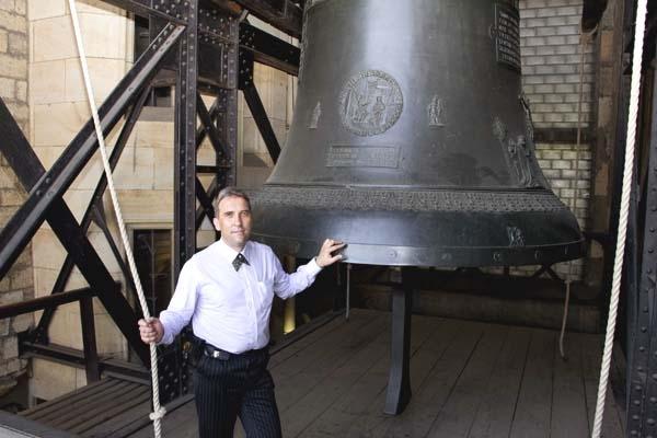 Šéf pražských zvoníků  od svatého Víta, Mgr. Tomáš Stařecký rozeznívá největší zvon katedrály - Zikmund