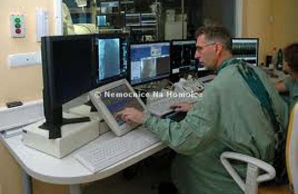Profesor Petr Neužil při operaci