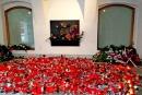 Takto důstojně vypadal památník 17. listopadu na Národní třídě v Praze 19.11.2012. Věnce z něj žádná spodina nekradla